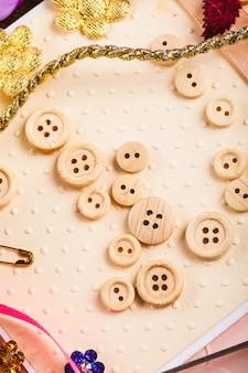 Materiais de scrapbooking para decorar cartões postais - botões de woden