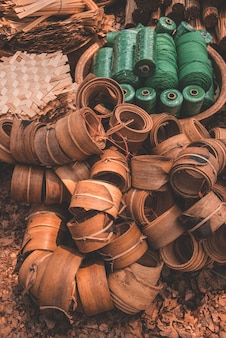 Materiais e equipamentos de produtos tailandeses otop de capim catathea seco como cestaria.