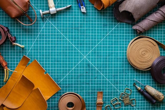 Materiais e instrumentos de vista superior na esteira de corte para detalhes de couro de medição de corte