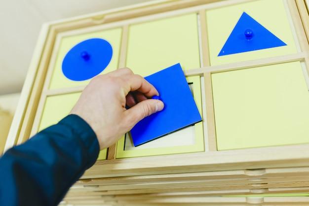 Materiais em sala de aula para alunos de pedagogia alternativa montessori.