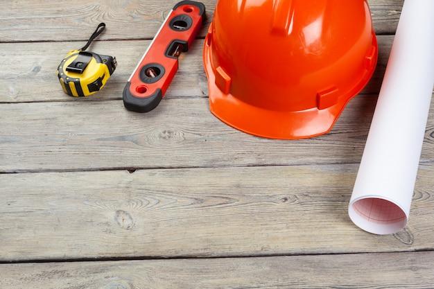 Materiais para construção trabalhador e instrumentos em madeira