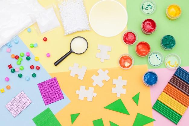 Materiais usados para artesanato infantil, arte, experimentos e educação. postura plana. criatividade para crianças. vista do topo