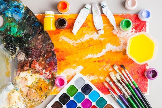 Material de arte em torno de pintura abstrata