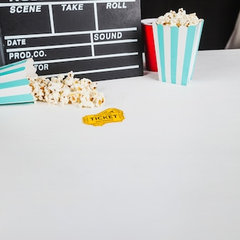 Material de cinema na mesa branca