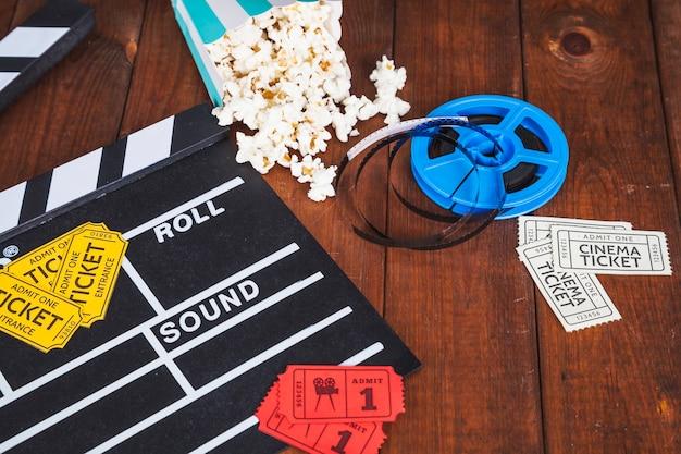 Material de cinema na mesa