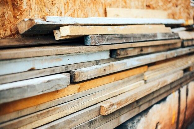 Material de construção-pilha de tábuas de madeira velhas
