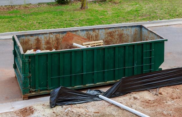 Material de construção velho e usado no local de trabalho novo da construção civil.