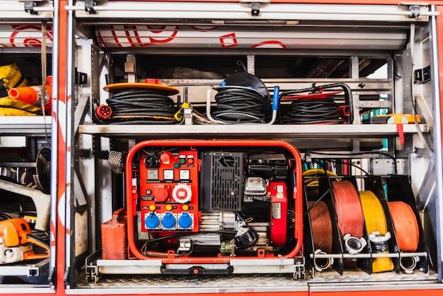 Material de emergência de um caminhão de bombeiros, com grupo gerador e mangueiras.