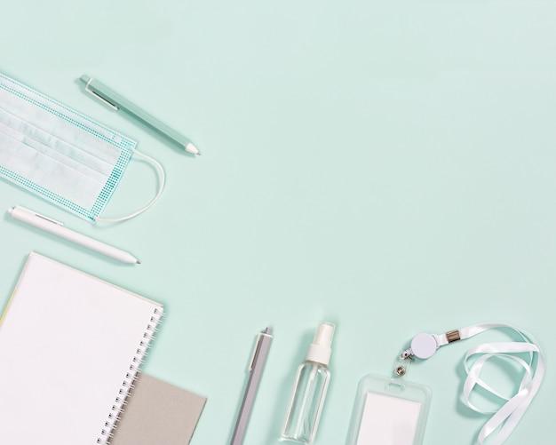 Material de escritório, cadernos, canetas, máscara para proteção contra infecções e higienização das mãos