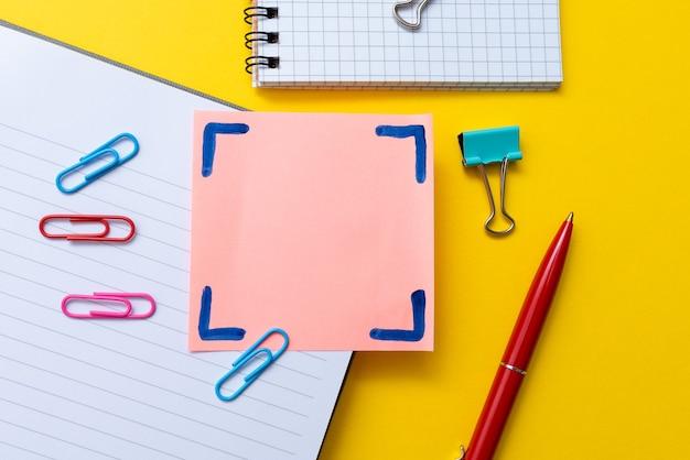 Material de escritório chamativo, coleções de ensino e aprendizagem brilhantes, ferramentas de escrita criativa, coisas educacionais, materiais mistos para alunos caneta papel notebook lápis de notas adesivas Foto Premium