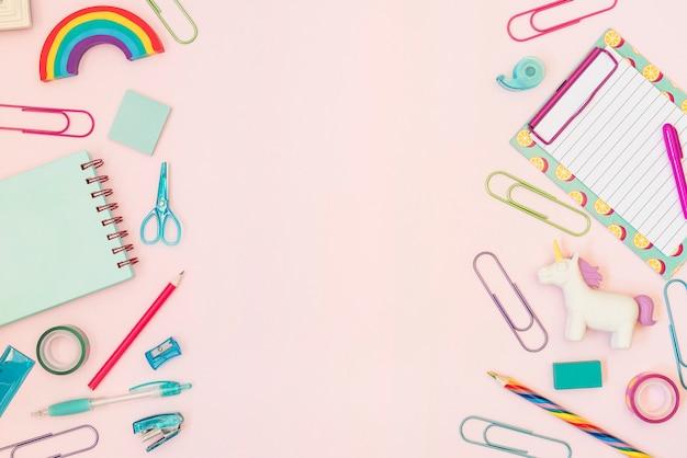 Material de escritório colorido com espaço de cópia no meio