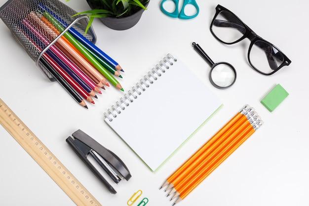 Material de escritório com óculos
