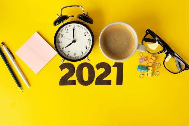 Material de escritório e 2021 números. conceito de metas e planos de negócios de ano novo
