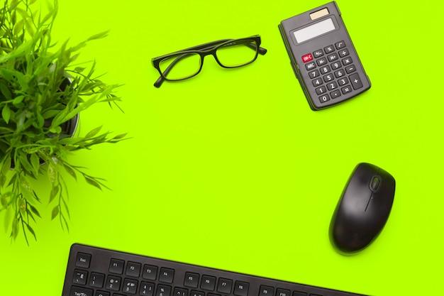 Material de escritório e artigos de papelaria sobre fundo verde