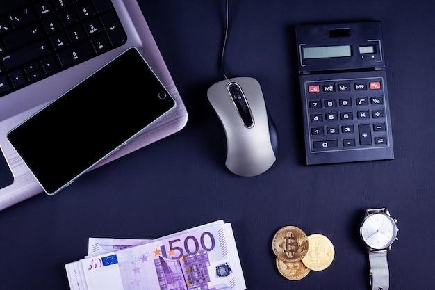 Material de escritório e moedas de bitcoin no espaço de trabalho, vista superior