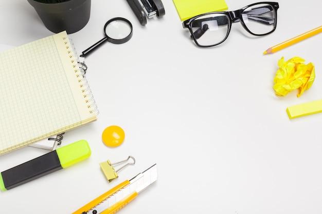 Material de escritório e óculos