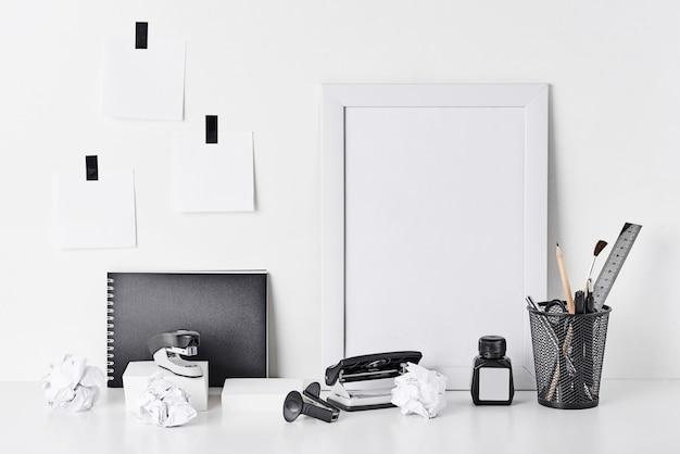Material de escritório e relógio de parede em branco