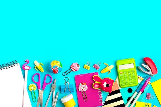 Material de escritório em azul de volta à escola