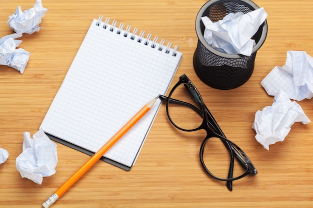 Material de escritório em cima da mesa