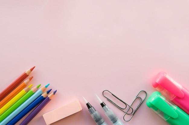 Material de escritório em fundo rosa. copyspace