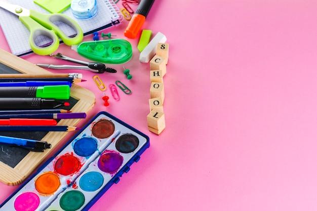Material de escritório em fundo rosa