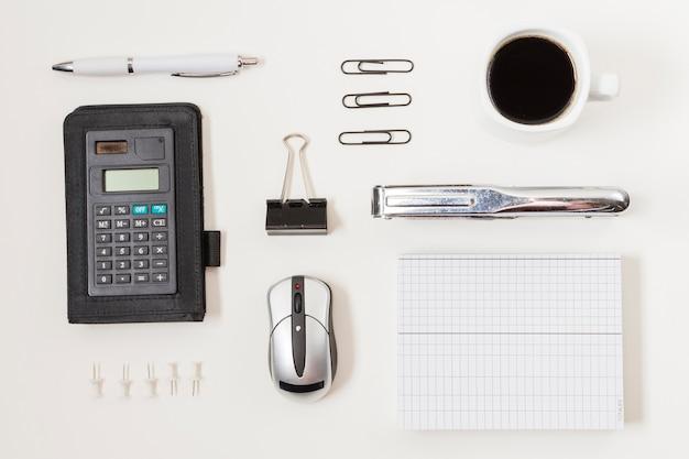 Material de escritório em uma mesa