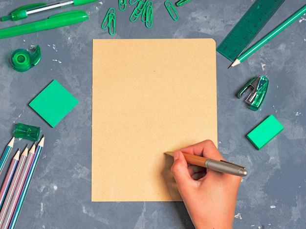 Material de escritório escolar com folha de papel em branco, vista superior