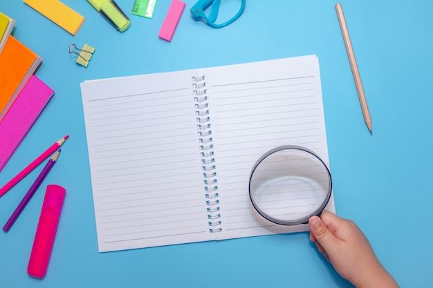 Material de escritório escolar em uma tabela