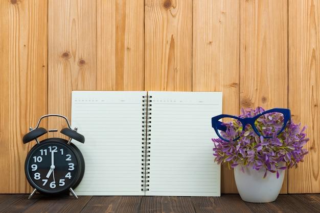 Material de escritório itens de ferramentas, notebook e despertador
