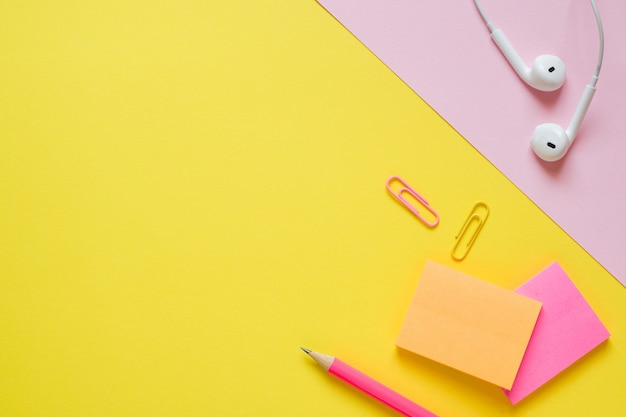 Material de escritório na mesa amarela com espaço de cópia.