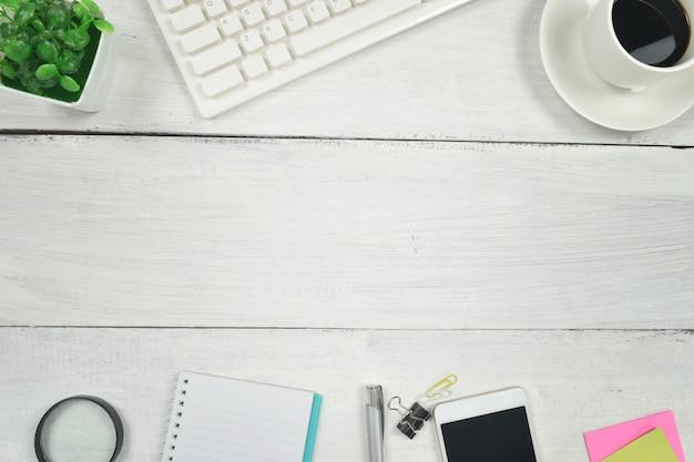 Material de escritório na mesa de madeira branca