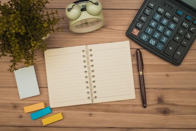 Material de escritório ou artigos de ferramentas essenciais de trabalho de escritório em madeira