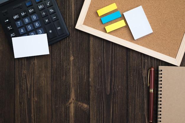 Material de escritório ou ferramentas essenciais de trabalho de escritório ou itens na madeira, vista superior