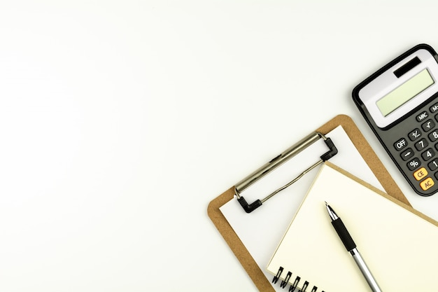 Material de escritório ou papelaria na mesa de escritório branco de manhã. - vista de cima com espaço de cópia.