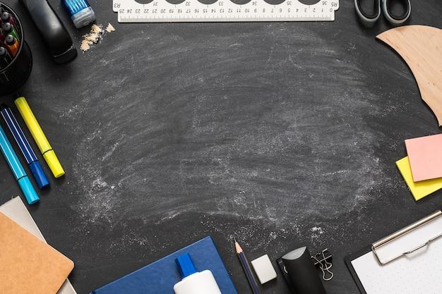 Material de escritório para papelaria na lousa com marcas de giz