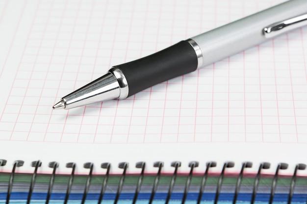 Material de escritório para um contador. caneta esferográfica e caderno.