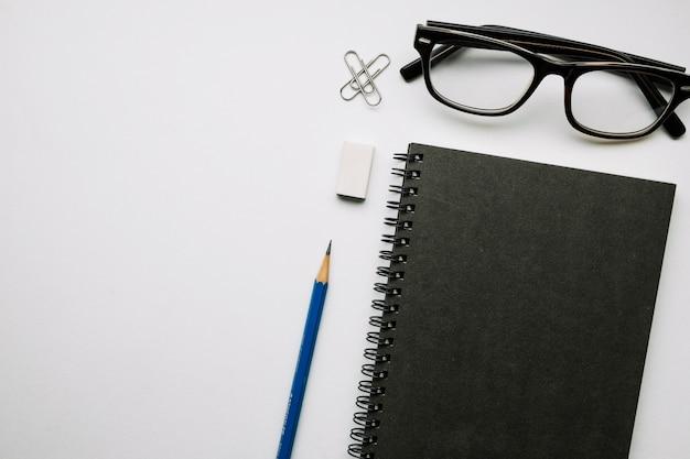 Material de escritório perto de óculos