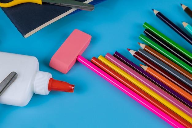 Material de estudante na mesa azul, de volta à escola