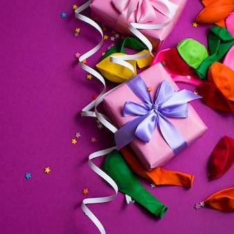 Material de fundo festivo balões coloridos flâmulas confete caixa de presente