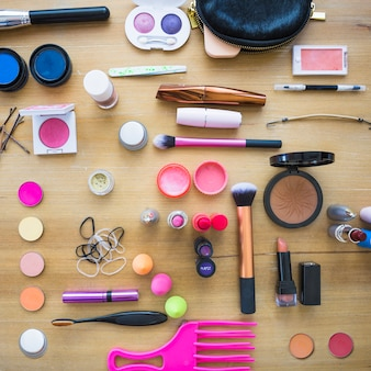 Material de maquiagem em mesa de madeira