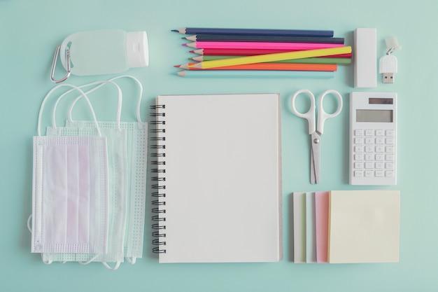 Material de papelaria escolar, máscaras médicas e desinfetante de gel para as mãos, reabertura de escola