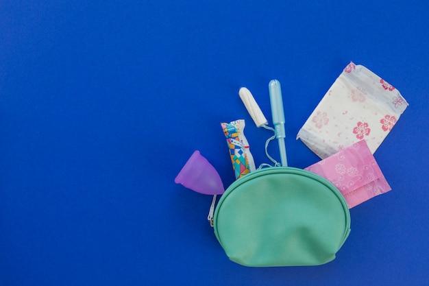 Material de período de vista superior no kit higiênico