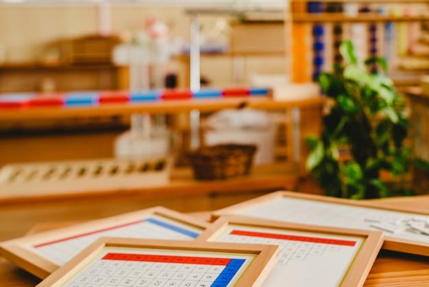 Material de sala de aula montessori para aprender crianças na área de matemática