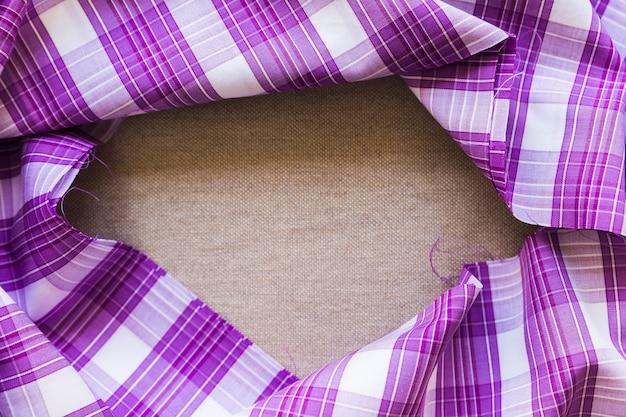 Material de tecido xadrez roxo padrão formando quadro