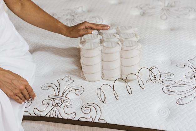 Material do colchão nas mãos de uma mulher