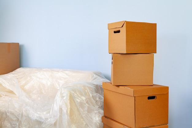 Material doméstico embalado em caixas e sofá embalado para mudança