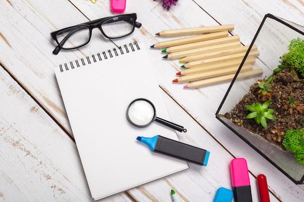 Material escolar, acessórios de papelaria em madeira, texto de espaço, vista superior