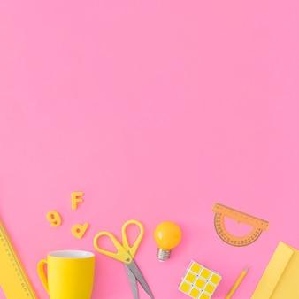 Material escolar amarelo em rosa