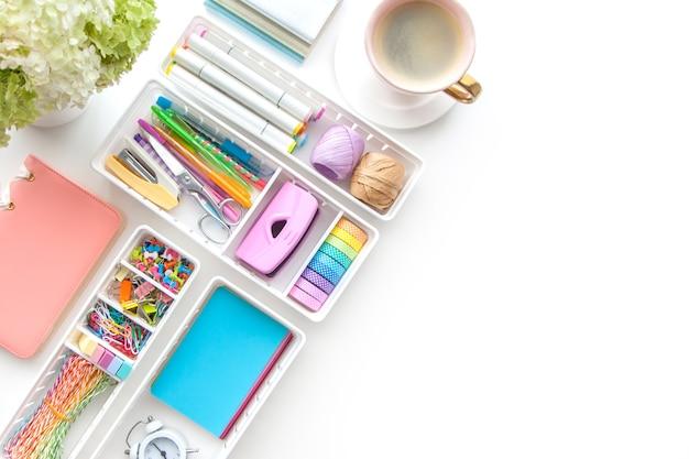 Material escolar. artigos de papelaria elegantes em cor pastel. camada plana, vista superior. fundo branco.