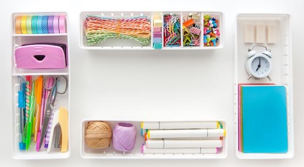 Material escolar. artigos de papelaria elegantes em cor pastel multicolorida. camada plana, vista superior.